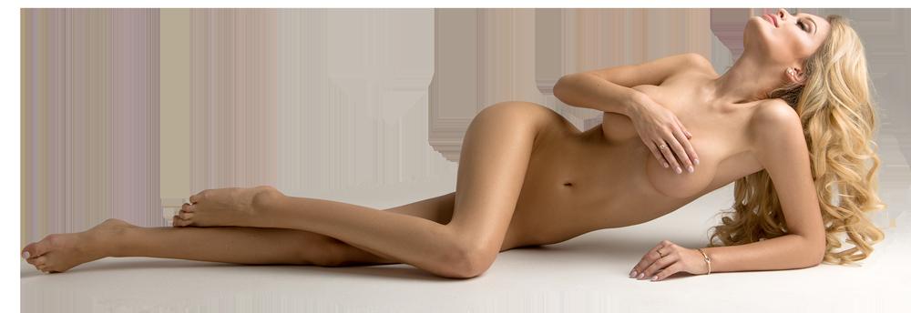 Zu sehen ist eine liegende vollbusige und langhaarige blonde Frau