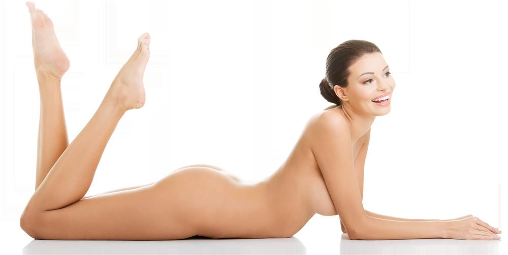 Eine auf dem Bauch liegende glückliche Frau mit den Beinen in der Luft